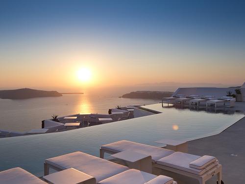Piscina do hotel Grace Santorini