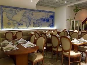 Foto interna do restaurante lareira portuguesa