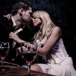 casal sentado em mesa quase se beijando