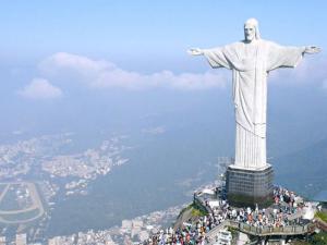 Imagem aérea do Cristo Redentor com a cidade do Rio de Janeiro ao fundo