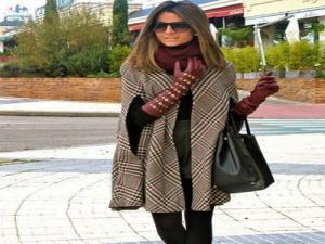 Mulher usando capa de lã