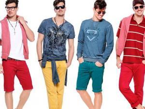 homens com roupas claras