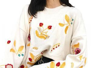 Mulher com blusa florida