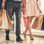 casal de mão dada passeando no shopping
