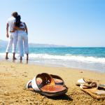 Casal na praia abraçados